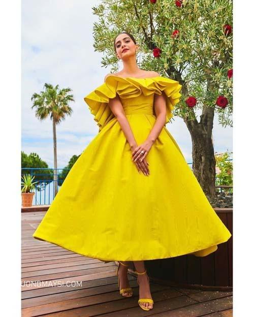 Váy cưới ngắn cùng một đôi giày màu vàng cùng tone khiến bạn vô cùng nổi bật
