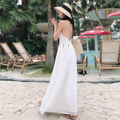 Phối đầm trắng cùng với một chiếc túi xách cẩm thổ, túi đan mang màu sắc phù hợp với khung cảnh biển