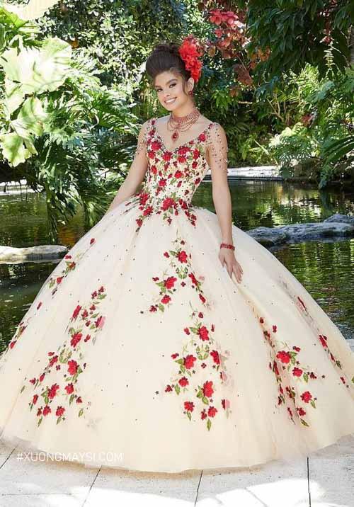 Điểm thêm những bông hoa màu đỏ khiến chiếc váy cưới của nàng thêm phần nổi bật