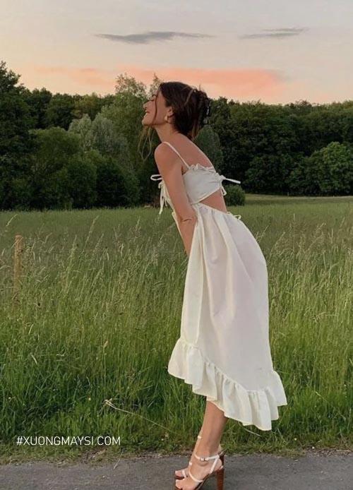 Phần cắt xẻ ở lưng khiến cho chiếc váy của bạn không còn đơn điệu