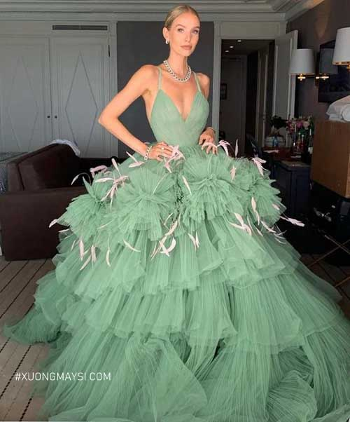 Lông vũ cùng những tầng váy bất đối xứng làm cho váy cưới xanh mint thêm phần nổi bật