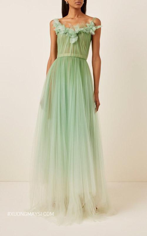 Điểm đặc biệt của chiếc váy này nằm ở phần hoa nổi và sự chiết eo vô cùng tinh tế