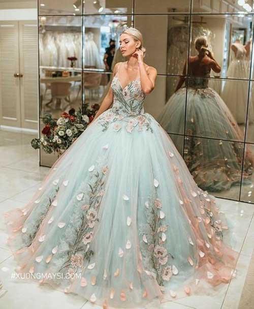Sự pha trộn màu sắc hoàn hảo đã đem đến một chiếc váy cưới xanh ngọc quyến rũ