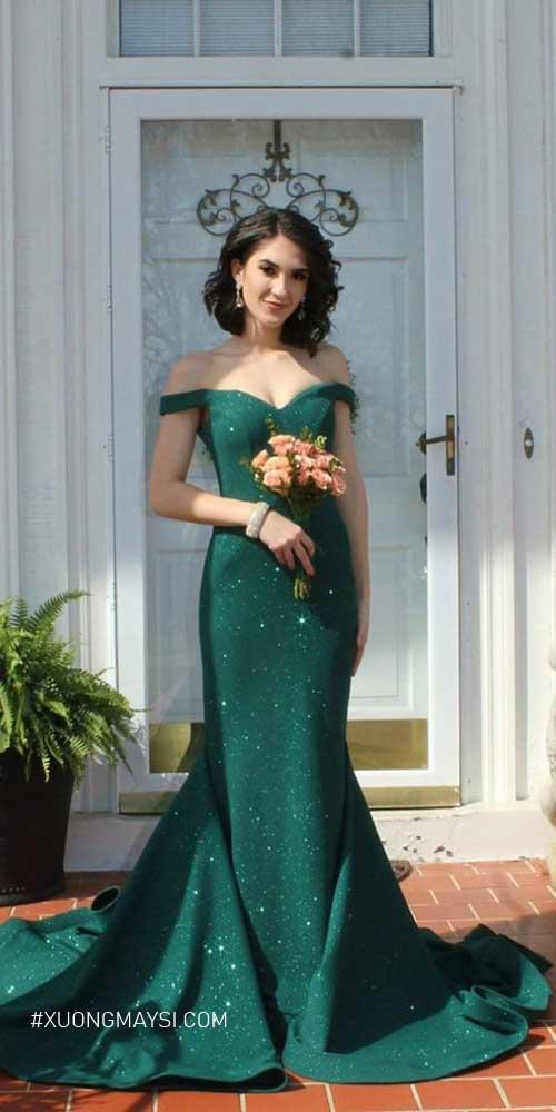 Váy cưới màu xanh lá cây dáng đuôi cá tôn lên những đường cong của nàng